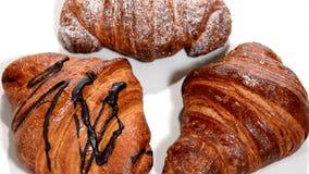 Croissant em uma placa branca que gira Pequeno almoço filme