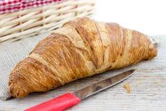 Croissant em uma superfície de madeira Imagem de Stock Royalty Free