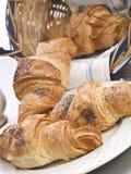Croissant en cesta en el fondo blanco Fotografía de archivo