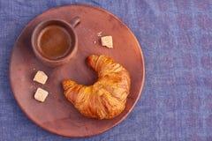 Croissant en een Kop van koffie Stock Fotografie