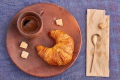 Croissant en een Kop van koffie Stock Foto