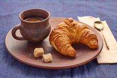 Croissant en een Kop van koffie Royalty-vrije Stock Foto's