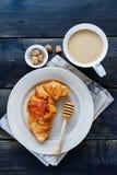 Croissant en koffie royalty-vrije stock afbeeldingen