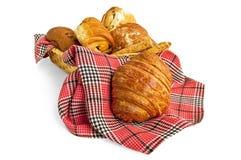 Croissant en muffins in een mand met een servet Stock Fotografie