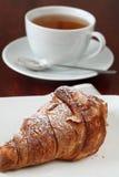 Croissant en thee Royalty-vrije Stock Fotografie
