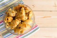 Croissant enchidos cachorro quente em um guardanapo colorido Imagens de Stock Royalty Free