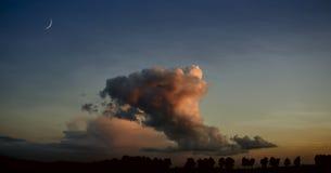 Croissant et beaucoup de nuages en ciel de nuit Image stock