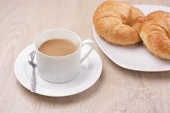 Croissant et café de petit déjeuner photographie stock