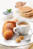 Croissant et café express Photographie stock