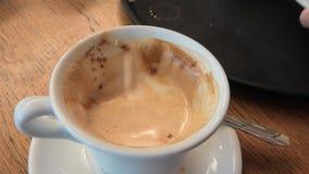 Croissant et cappuccino de pâtisserie clips vidéos