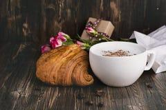 Croissant et cappuccino frais au-dessus de table en bois Photos libres de droits
