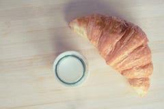 Croissant et lait image stock