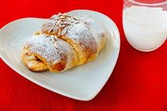 Croissant et lait portugais Photo stock
