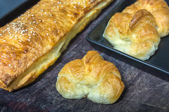 Croissant et long souffle de pain Photos stock