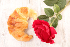 Croissant et rose de rouge Images stock