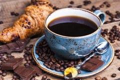 Croissant et une cuvette de café délicieux images libres de droits