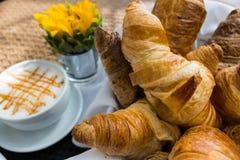 Croissant et une tasse de café delicous Image libre de droits