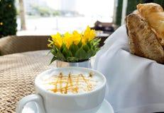 Croissant et une tasse de café delicous Photos libres de droits