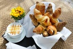 Croissant et une tasse de café delicous Photographie stock