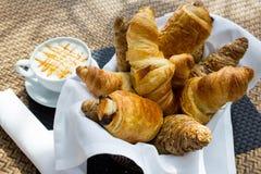 Croissant et une tasse de café delicous Photographie stock libre de droits