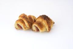 Croissant farcito con il prosciutto su bianco immagini stock