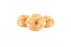 Croissant frais et savoureux sur en bois de panier d'isolement au CCB blanc Images libres de droits