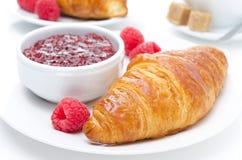 Croissant, framboesa e doce frescos para o close-up do café da manhã Fotografia de Stock