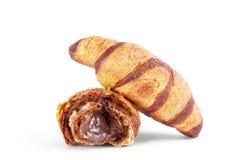 Croissant français avec du chocolat d'isolement sur le fond blanc Images stock