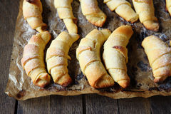 Croissant francesi casalinghi dalla pasta sfoglia fotografie stock