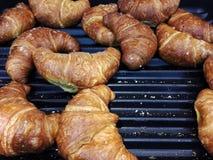 Croissant freschi da vendere al forno locale immagine stock libera da diritti