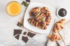 Croissant freschi della prima colazione con lo sciroppo ed il succo d'arancia di cioccolato immagini stock libere da diritti