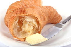 croissant fresco com manteiga e faca Fotografia de Stock
