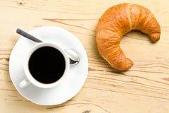 Croissant fresco con café Imagen de archivo