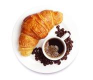 Croissant fresco con caffè fotografia stock libera da diritti