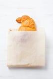 Croissant fresco delicioso no empacotamento de papel Imagens de Stock