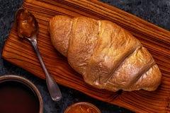 Croissant fresco su fondo scuro Immagini Stock Libere da Diritti