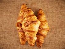 Croissant frescos em um fundo escuro Fotografia de Stock Royalty Free