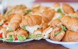Croissant frescos, sanduíches do café da manhã Alimento do verão do piquenique Foto de Stock
