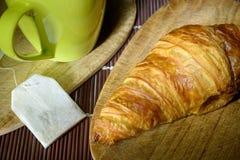 Croissant herbacianej torby Nieużywanego kubka Drewniane tnące deski obraz royalty free