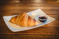 Croissant i owoc kremowy dżem zdjęcie stock
