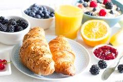 Croissant i zdrowy śniadanie na bielu stole Zdjęcie Royalty Free