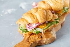 Croissant kanapka z baleronem, oliwkami i warzywem, Fotografia Royalty Free