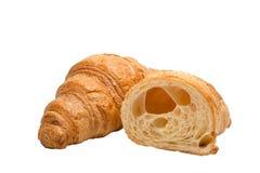 Croissant liso e croissant cortado metade isolado no fundo branco, nenhuma sombra foto de stock