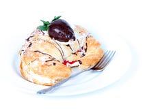 Croissant llenado crema con la fresa del chocolate Fotografía de archivo