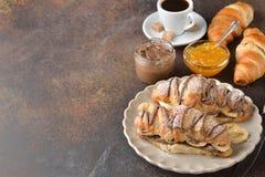 Croissant met banaan en chocolade royalty-vrije stock fotografie