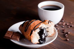 Croissant met chocolade en koffie Stock Foto's