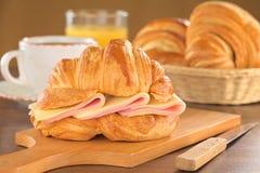 Croissant met Ham en Kaas Royalty-vrije Stock Foto's