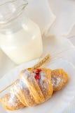 Croissant met jam en een melkkruik royalty-vrije stock foto