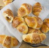 Croissant met jam en sesam op grijs servet Stock Afbeeldingen