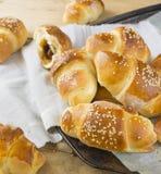 Croissant met jam en sesam op grijs servet Royalty-vrije Stock Foto